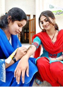 bride-getting-henna-tatoo